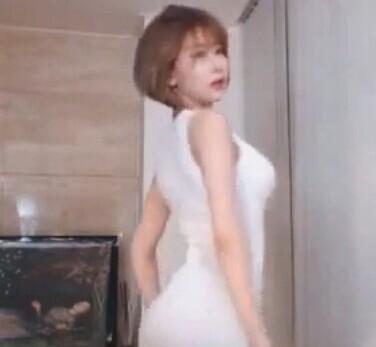 虎牙女主播萌妹mini 白色短裙 性感热舞直播视频