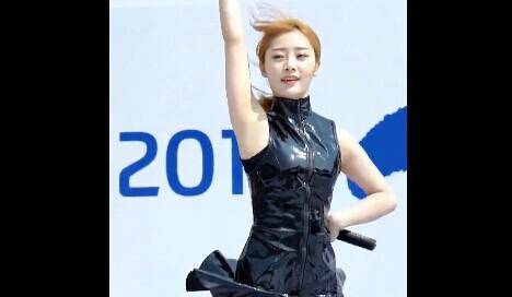 韩国女团Six Bomb 多敏 紧身小皮衣 性感红色小底裤饭拍视频