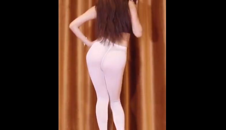 长腿美女白色紧身裤热舞 看到丁字内内