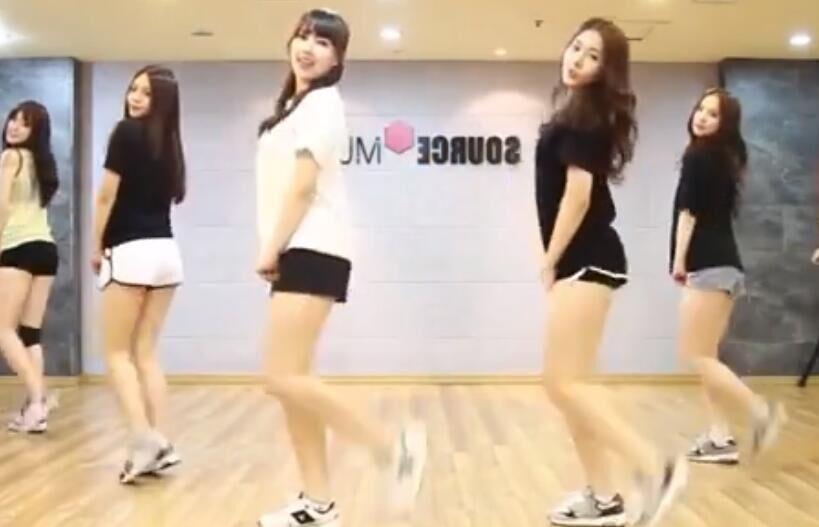 一群充满活力长腿美女练习室热舞