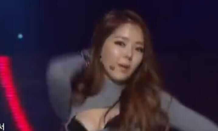 韩国女团现场激情热舞 衣服很有特点