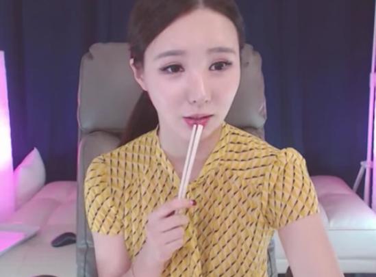 韩国女主播 BJ青草小姐姐 开始吃播了